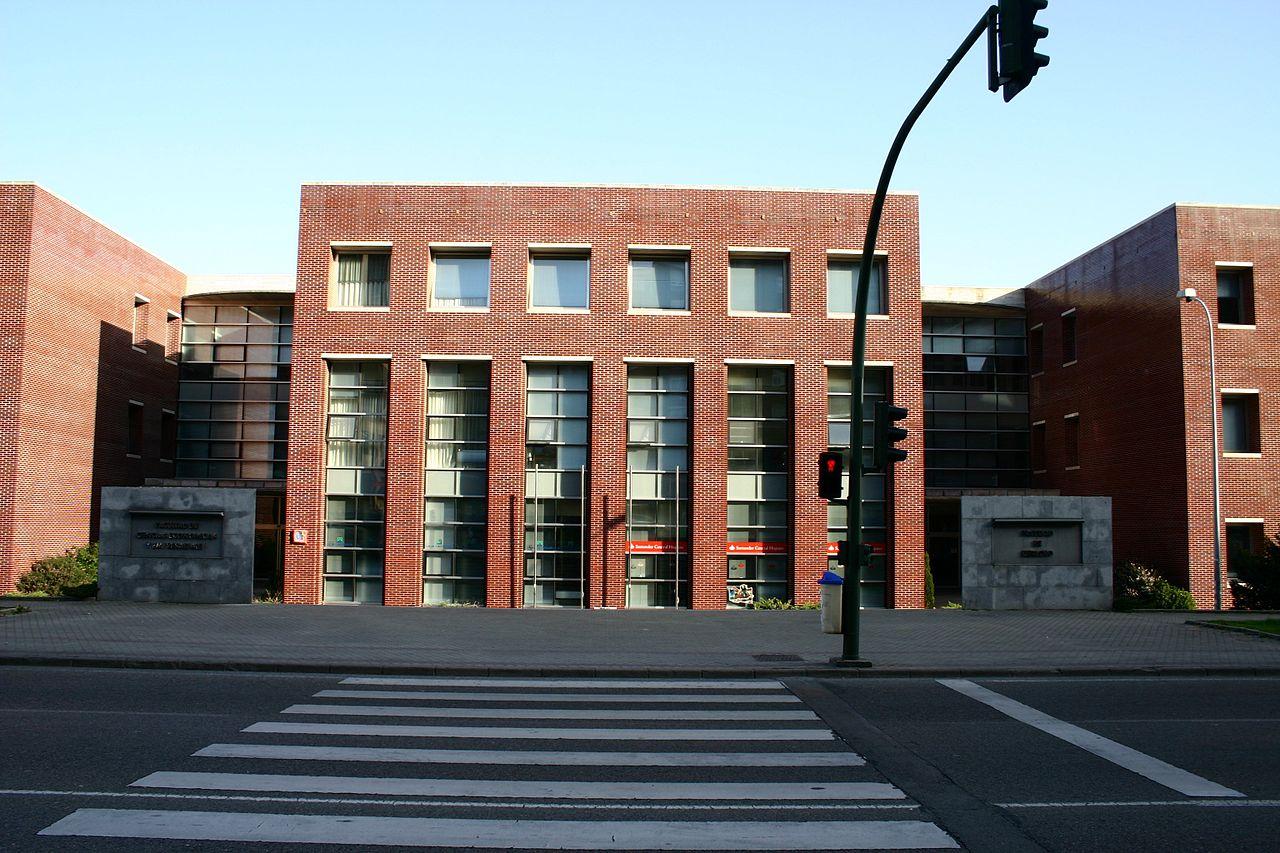 1280px-Santander.Universidad.Economicas.y.Derecho